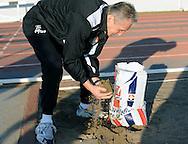 06-01-2009 Voetbal:Willem II:Trainingskamp:Torremolinos:Spanje<br /> Materiaalman Mari van Iersel schept zand om de gaten in het trainingsveld te dichten<br /> Foto: Geert van Erven
