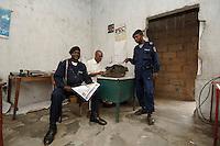 26 SEP 2006, KINSHASA/CONGO:<br /> Kongolesische Polizisten im Buero einer Polizeistation der Police Nationale Congolaise, Commissariat De Selembao-Sud<br /> IMAGE: 20060926-01-036<br /> KEYWORDS: Kongo, police, policestation, Afrika, Africa