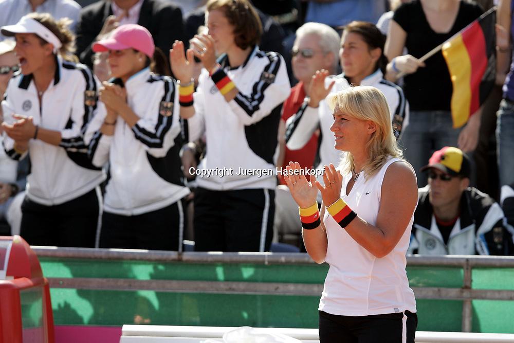 Fed Cup Germany - Croatia , ITF Damen Tennis Turnier in Fuerth, Wettbewerb der Mannschaft von Deutschland gegen Kroatien, Kapitaen Barbara Rittner (GER) und im Hintergrund die Mannschaft applaudiert und feuert an, Emotion,<br />Foto: Juergen Hasenkopf<br />B a n k v e r b.  S S P K  M u e n ch e n, <br />BLZ. 70150000, Kto. 10-210359,<br />+++ Veroeffentlichung nur gegen Honorar nach MFM,<br />Namensnennung und Belegexemplar. Inhaltsveraendernde Manipulation des Fotos nur nach ausdruecklicher Genehmigung durch den Fotografen.<br />Persoenlichkeitsrechte oder Model Release Vertraege der abgebildeten Personen sind nicht vorhanden.