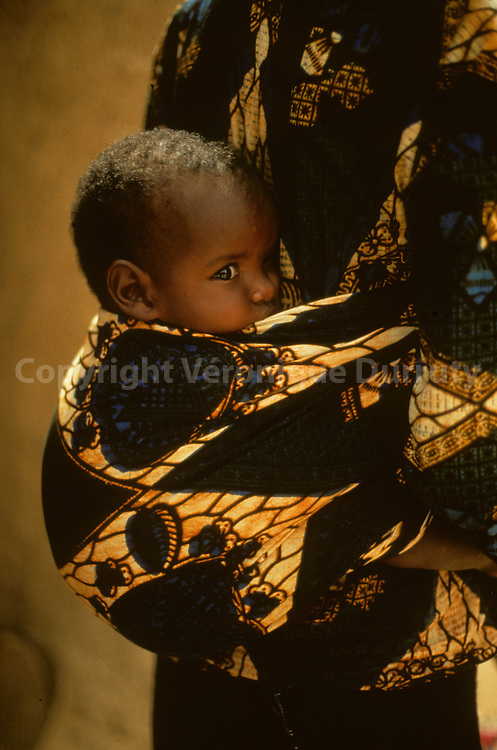 Nomadic Of Niger : Baby in the Back Of His mother // Bebé porté sur le dos de sa mère, Niger