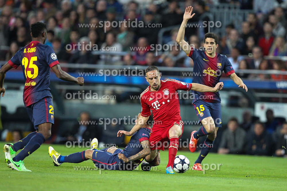 01.05.2013, Camp Nou, Barcelona, ESP, UEFA CL, FC Barcelona vs FC Bayern Muenchen, Halbfinale, Rueckspiel, im Bild Zweikampf zwischen Arjen ROBBEN #10 (FC Bayern Muenchen) mitte und Daniel ALVES #2 (FC Barcelona), // during the UEFA Champions League 2nd Leg Semifinal Match between Barcelona FC and FC Bayern Munich at the Camp Nou, Barcelona, Spain on 2013/05/01. EXPA Pictures © 2013, PhotoCredit: EXPA/ Eibner/ Christian Kolbert..***** ATTENTION - OUT OF GER *****