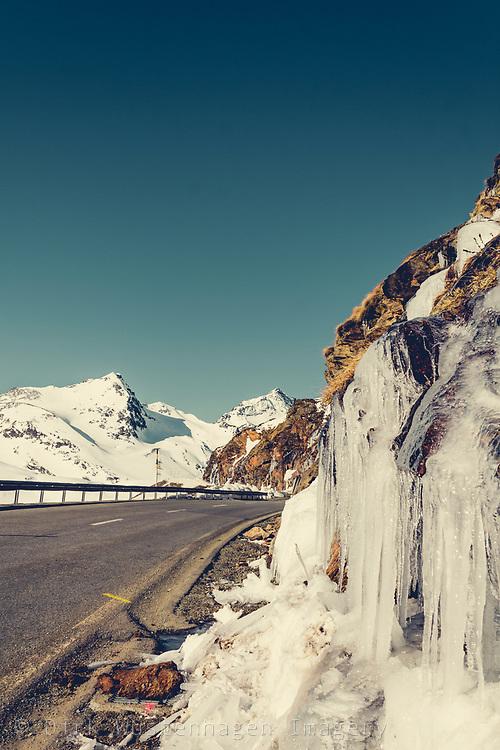 Berninapass im Morgenlicht mit Eiswand, Poschiavo, Schweiz