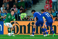 10.06.2012, Staedtisches Stadion, Posen, POL, UEFA EURO 2012, Irland vs Kroatien, Gruppe C, im Bild ROBBIE KEANE, VEDRAN CORLUKA, DARIJO SRNA // during the UEFA Euro 2012 Group C Match between Ireland and Croatia at the Municipal Stadium Poznan, Poland on 2012/06/10. EXPA Pictures © 2012, PhotoCredit: EXPA/ Newspix/ Jakub Kaczmarczyk..***** ATTENTION - for AUT, SLO, CRO, SRB, SUI and SWE only *****