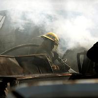 Toluca, Mex.- Bomberos combaten un incendio en el corralon de vehiculos accidentados de la carretera Toluca - Atlacomulco, se estima que al menos 60 unidades quedaron calcinadas al expanderse una quema de pastizal. Agencia MVT / Mario Vazquez de la Torre. (DIGITAL)<br /> <br /> NO ARCHIVAR - NO ARCHIVE