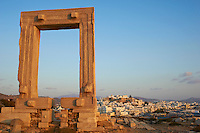Grece, Cyclades, ile de Naxos, ville de Hora (Naxos), le portique du temple d Apollon // Greece, Cyclades islands, Naxos, city of Hora (Naxos), Portara Gateway of Apollon temple