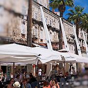 Les époques se lisent sur l'enceinte de la vieille ville. Le front de mer recement aménagé accueille une kyriel de café et des bijoutiers.