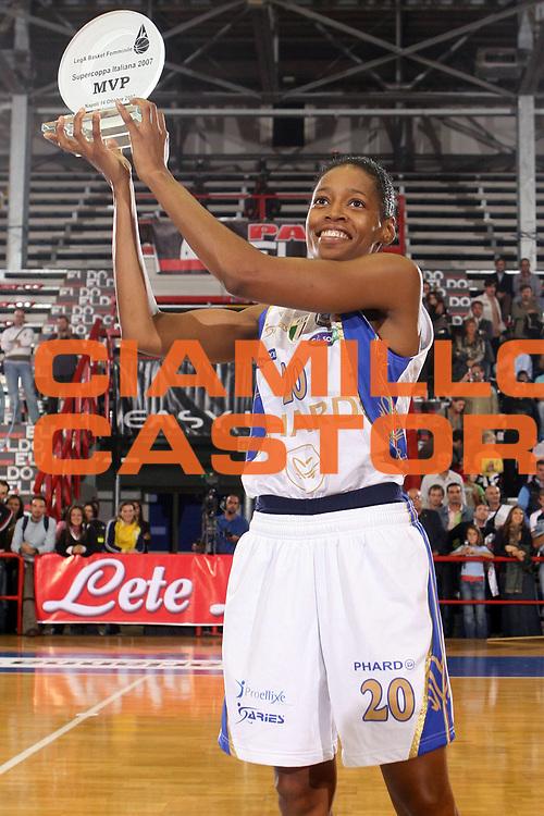 DESCRIZIONE : Napoli Supercoppa Italiana LegA Basket Femminile 2007-2008 Phard Napoli Germano Zama Faenza<br /> GIOCATORE : Kedra Holland Corn<br /> SQUADRA : Phard Napoli <br /> EVENTO : Supercoppa Italiana LegA Basket Femminile<br /> GARA : Phard Napoli Germano Zama Faenza<br /> DATA : 14/10/2007 <br /> CATEGORIA : esultanza premiazione award<br /> SPORT : Pallacanestro <br /> AUTORE : Agenzia Ciamillo-Castoria/E.Castoria<br /> Galleria : Lega Basket Femminile 2007-2008<br /> Fotonotizia : Napoli Supercoppa Italiana LegA Basket Femminile 2007-2008 Phard Napoli Germano Zama Faenza<br /> Predefinita :
