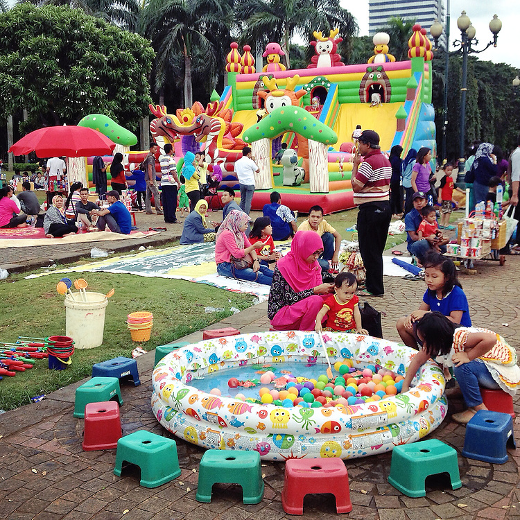 Monas square is a popular place for a family outing especially during the weekends. Parents bring their children to play games set up by vendors.