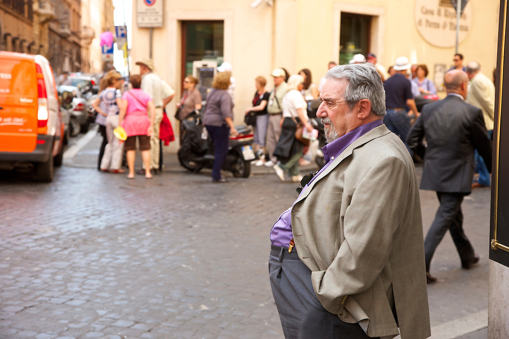Roma, mann pa? gatehjørnet.Rome, man on the corner of a street