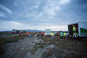 De teams zetten hun basis op bij de start. Op maandagochtend vinden de kwalificaties plaats. Het team slaagt er door valpartijen niet in om de rijders en de VeloX V te kwalificeren. Het Human Power Team Delft en Amsterdam (HPT), dat bestaat uit studenten van de TU Delft en de VU Amsterdam, is in Amerika om te proberen het record snelfietsen te verbreken. Momenteel zijn zij recordhouder, in 2013 reed Sebastiaan Bowier 133,78 km/h in de VeloX3. In Battle Mountain (Nevada) wordt ieder jaar de World Human Powered Speed Challenge gehouden. Tijdens deze wedstrijd wordt geprobeerd zo hard mogelijk te fietsen op pure menskracht. Ze halen snelheden tot 133 km/h. De deelnemers bestaan zowel uit teams van universiteiten als uit hobbyisten. Met de gestroomlijnde fietsen willen ze laten zien wat mogelijk is met menskracht. De speciale ligfietsen kunnen gezien worden als de Formule 1 van het fietsen. De kennis die wordt opgedaan wordt ook gebruikt om duurzaam vervoer verder te ontwikkelen.<br /> <br /> The qualifying on Monday. The team didn't qualify due to crashes. The Human Power Team Delft and Amsterdam, a team by students of the TU Delft and the VU Amsterdam, is in America to set a new  world record speed cycling. I 2013 the team broke the record, Sebastiaan Bowier rode 133,78 km/h (83,13 mph) with the VeloX3. In Battle Mountain (Nevada) each year the World Human Powered Speed Challenge is held. During this race they try to ride on pure manpower as hard as possible. Speeds up to 133 km/h are reached. The participants consist of both teams from universities and from hobbyists. With the sleek bikes they want to show what is possible with human power. The special recumbent bicycles can be seen as the Formula 1 of the bicycle. The knowledge gained is also used to develop sustainable transport.