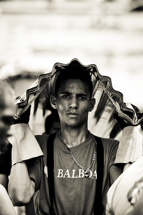 MANAUS, AM, 2012-03-05 - 28MM: Carregadores levam todos os tipos de produtos para as embarcacoes no  porto de saida e chegada de passageiros e mercadorias no Rio Negro em Manaus. O rio e a principal avenida que liga a grande maioria das cidades na regiao Amazonica, por conta disso que milhares de barcos desembarcam em Manaus (a capital do Amazonas) para compra de  mantimentos. (Foto: Henrique Manreza)
