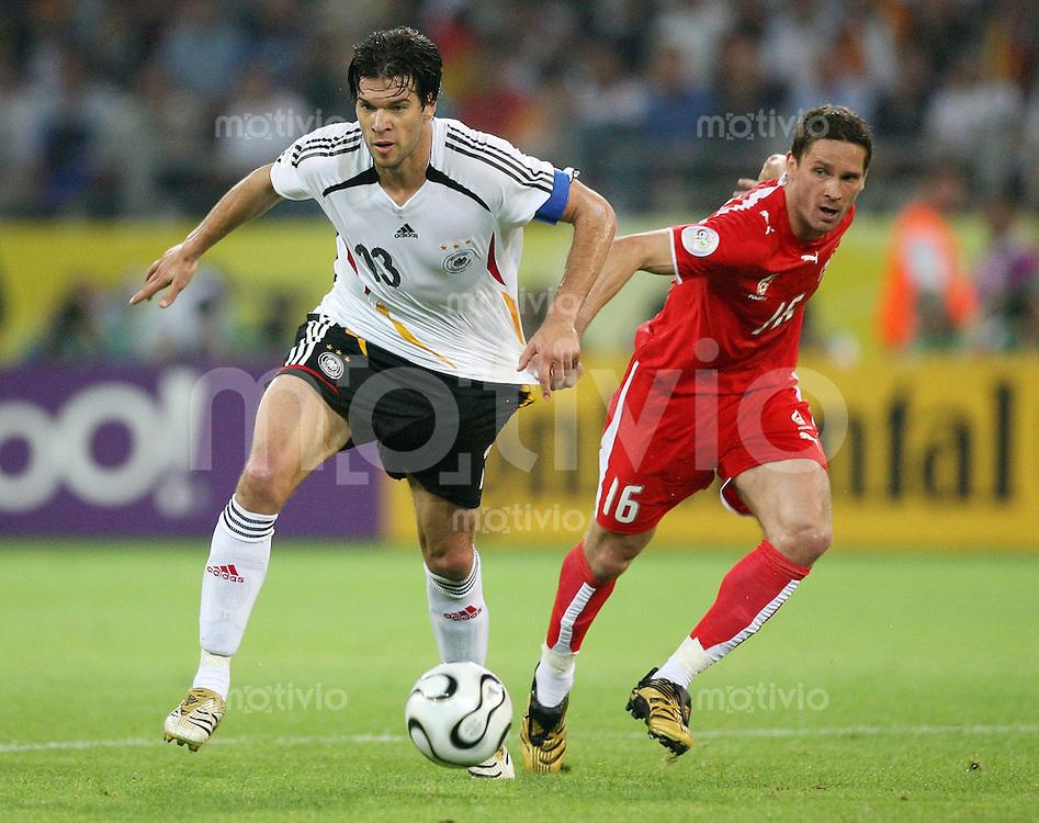 Fussball WM 2006  Gruppenspiel  Vorrunde Deutschland - Polen Michael Ballack (GER, li) gegen Arkadiusz RADOMSKI (POL)