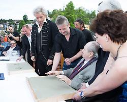 """08.05.2015, Velden, AUT, 25 Jahre, Ein Schloss am Wörthersee, Handabdruck der Stars in der Veldener Fanmeile, im Bild Thomas Gottschalk, Karl Spiehs // Thomas Gottschalk, Karl Spiehs gives a handprint at the Fan Mile as a side Event of 25th anniversary of tv series """"Ein Schloss am Wörthersee"""" in Velden, Austria on 2015/05/08. EXPA Pictures © 2015, PhotoCredit: EXPA/ Johann Groder"""