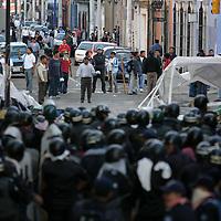 Oaxaca, Oax.- Policias Estatales intentaron desalojar esta madrugada de las calles del centro historico de la ciudad de Oaxaca, a miles de maestros que cumplieron 23 dias en paro de labores y quienes exigen al gobierno del estado el pago de al menos 800 millones de pesos para aumentos salariales. Ante el operativo fallido integrado por mas de mil policias, los docentes volvieron a tomar el control del centro historico. Agencia MVT / Eder Lopez. (DIGITAL)<br /> <br /> NO ARCHIVAR - NO ARCHIVE