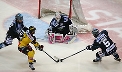 24.03.2015, Albert Schultz Eishalle, Wien, AUT, EBEL, UPC Vienna Capitals vs EHC Liwest Linz, Playoff, im Bild Curtis Murphy (EHC Liwest Linz), Rafael Rotter (UPC Vienna Capitals), Michael Ouzas (EHC Liwest Linz) und Franklin MacDonald (EHC Liwest Linz) // during the Erste Bank Icehockey League playoff match between UPC Vienna Capitals and EHC Liwest Linz at the Albert Schultz Ice Arena, Vienna, Austria on 2015/03/24. EXPA Pictures © 2015, PhotoCredit: EXPA/ Thomas Haumer