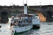 Schaufelraddampfer auf der Elbe, Augustusbrücke, Dresden, Sachsen, Deutschland | steamer on River Elbe, Augustus Bridge, Dresden, Saxony, Germany,