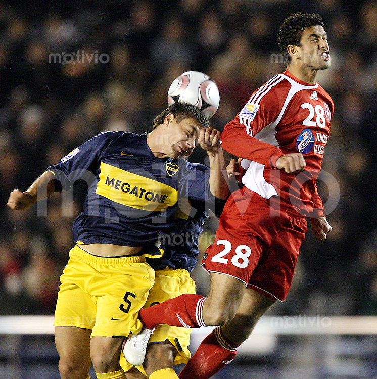 Fussball International FIFA Club WM Japan 2007     12.12.2007 Etoile Sportive du Sahel - Boca Juniors Sebastian Battaglia (B, li) und Jonatan Maidana (B, mi) gegen Mahdi Ben Dhifallah (S, re)