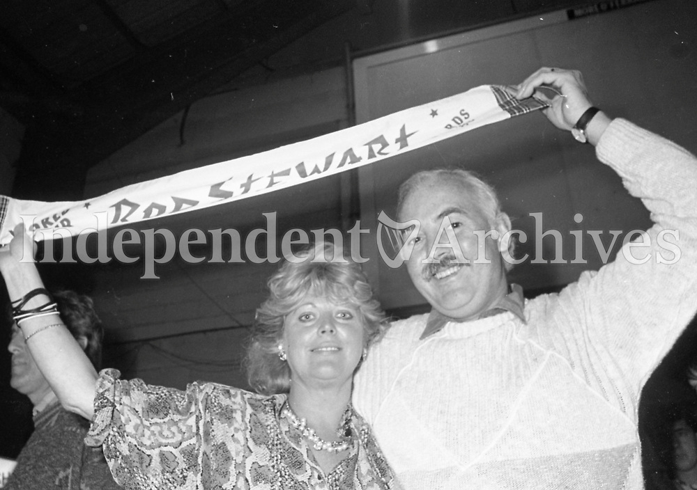 986-429<br /> Rod Stewart in action at his concert in the R.D.S. September 1986. (Part of the Irish Independent Newspapers/NLI Collection)
