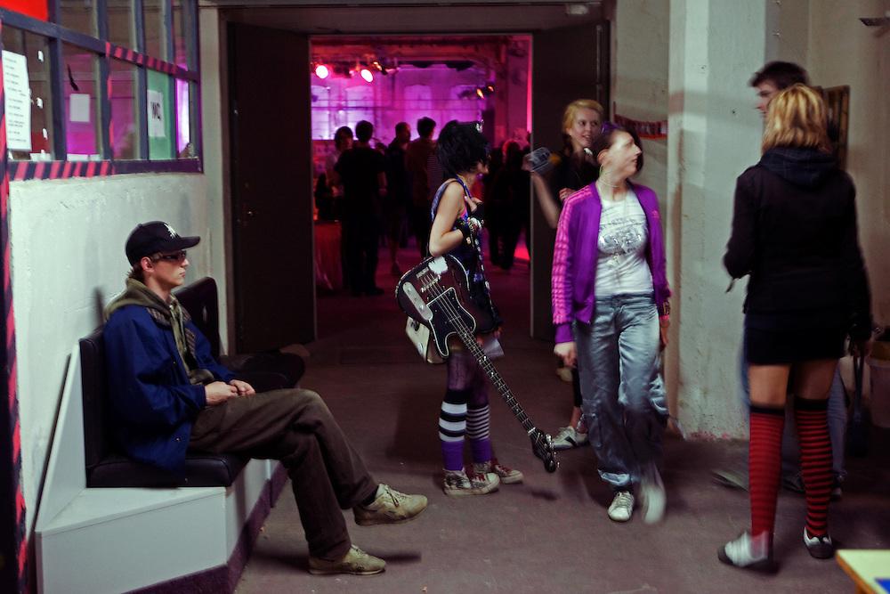 Junge Musikerin und Besucher der MeetFactory im Prager Stadtteil Smichov während einer Abendveranstaltung mit Kunst und Live Musik.