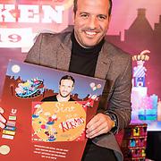 NLD/Amsterdam/20191111 - Presentatie sinterklaasboeken met Rafael v/d Vaart, Nicolette van Dam en Wendy van Dijk, Rafael van der Vaart met zijn boek