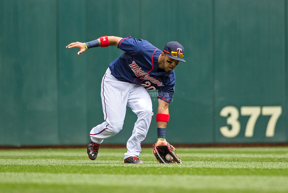 MINNEAPOLIS, MN- MAY 31: Eddie Rosario #20 of the Minnesota Twins fields against the Toronto Blue Jays on May 31, 2015 at Target Field in Minneapolis, Minnesota. The Twins defeated the Blue Jays 6-5. (Photo by Brace Hemmelgarn) *** Local Caption *** Eddie Rosario