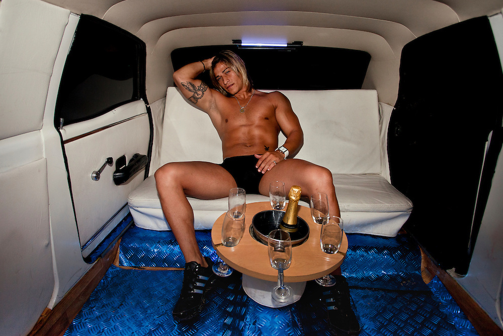 Marcos,  estripper y bailar&iacute;n profesional, contrattado por una despedida de soltero.<br /> <br /> Marcos, a stripper hired for a bachelorette party.