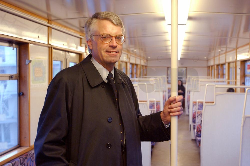 29 NOV 2002, BERLIN/GERMANY:<br /> Jochen Dieckmann, SPD, Finanzminister Nordrhein-Westfalen, faehrt nach der Sitzung des Bundestages mit der Berliner S-Bahn<br /> IMAGE: 20021129-02-002<br /> KEYWORDS: Nahverkehr, &Ouml;ffentliche, Oeffentliche Verkehrsmittel, Bahn