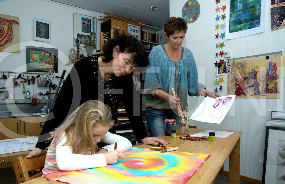 HARDENBERG - Teken therapie<br /> Foto: Rianna Leemhuis (l) en Hernanna  Dogger geven teken therapie.<br /> meisje op de foto is nichtje model.<br /> FFU PRESS AGENCY COPYRIGHT SANDER UIJLENBROEK