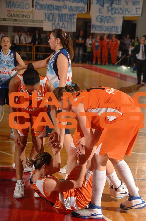 DESCRIZIONE : Napoli Lega A1 Femminile 2007-08 Play Off Finale Gara 3 Famila Wuber Schio Phard Napoli<br /> GIOCATORE : Laura Macchi<br /> SQUADRA : Famila Wuber Schio<br /> EVENTO : Campionato Lega A1 Femminile 2007-2008<br /> GARA : Famila Wuber Schio Phard Napoli<br /> DATA : 03/05/2008<br /> CATEGORIA : Fair Play<br /> SPORT : Pallacanestro<br /> AUTORE : Agenzia Ciamillo-Castoria/M.Gregolin