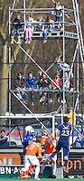 BLOEMENDAAL -  Jong publiek ziet vanuit de tv toren een aanval Pinoke, zondag tijdens de competitiewedstrijd hoofdklasse mannen tussen Bloemendaal en Pinoke (4-2). FOTO KOEN SUYK