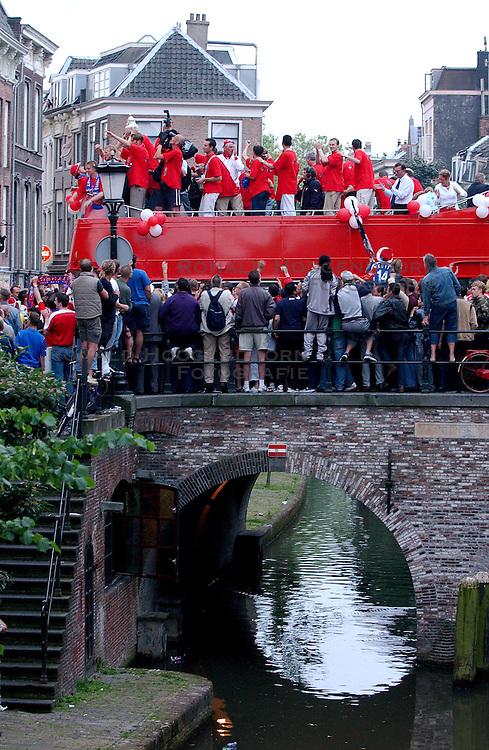 02-06-2003 NED: Huldiging bekerwinnaar FC Utrecht, Utrecht<br /> De spelers en de technische staf kregen een rondrit door de stad in een open Engelse dubbeldekker. Om 20.30 uur keert de stoet terug in Galgenwaard en zal in het stadion de offici&euml;le huldiging plaatsvinden / oa Stijn Vreven, Dirk Kuyt, Stefaan Tanghe, Alje Schut, Pascal Bosschaart