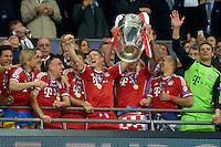 FUSSBALL  CHAMPIONS LEAGUE  SAISON 2012/2013  FINALE  Borussia Dortmund - FC Bayern Muenchen         25.05.2013 Champions League Sieger 2013 FC Bayern Muenchen: Claudio Pizarro,  Anatoliy Tymoshchuk , Anatoli Timoschtschuk, Franck Ribery, Bastian Schweinsteiger, Mario Mandzukic, Arjen Robben und Manuel Neuer (v.l., alle FC Bayern Muenchen) jubeln mit dem Pokal