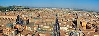 Italie, Emilie-Romagne, Bologne, vue generale sur les tours de la ville et la Piazza Maggiore // Italy, Emilia-Romagna, Bologna, cityscape on the towers of the town and the Piazza Maggiore