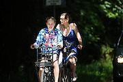 In Lage Vuursche rijdt een moeder met haar dochter op de fiets.<br /> <br /> In Lage Vuursche a mother and daughter are cycling.