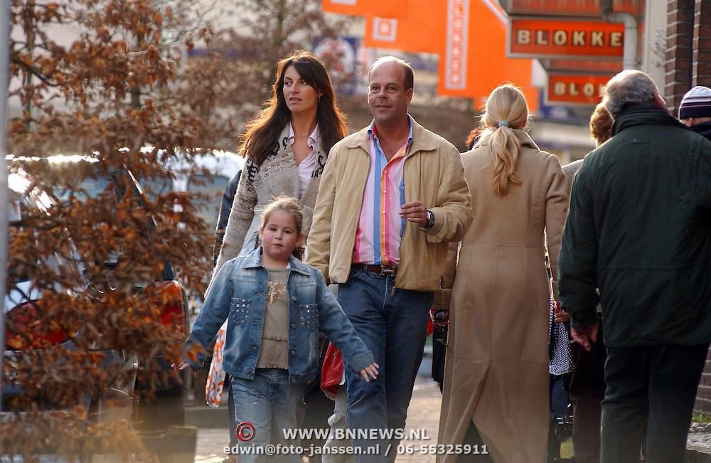 NLD/Laren/20030301 - Irene van Laar arm in arm winkelend met partner Rene Bloem en kinderen, oa dochter India, kussend