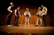 03032008. Presevo en Serbie, coincŽ entre la frontire avec le Kosovo et la frontire avec la MacŽdoine. 100.000 albanais vivent dans la vallŽe de Presevo. Une guerre a opposŽ les Serbes et les Albanais en 2001. Un nouveau conflit pourrait se produire en rŽaction ˆ la partition du nord du Kosovo - la vallŽe de Presevo demanderait ˆ se rattacher au Kosovo. Ici, un lycŽe se rebaptise au nom de Skenderbeu, personnage historique albanais, 20 ans aprs avoir ŽtŽ dŽbaptisŽ ˆ l'arrivŽe de Milosevic au pouvoir. Un drapeau albanais est hissŽ par provocation juste le temps de la cŽrŽmonie.