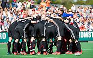 BLOEMENDAAL   - Hockey -  2e wedstrijd halve finale Play Offs heren. Bloemendaal-Amsterdam (2-2) . A'dam wint shoot outs. team huddle.  COPYRIGHT KOEN SUYK