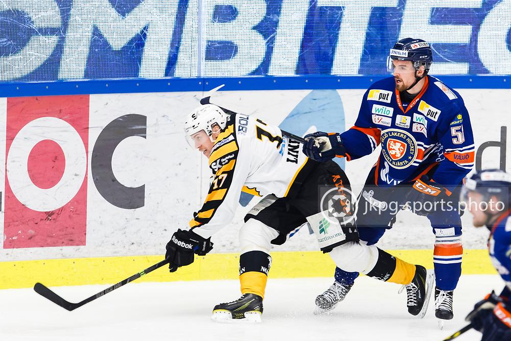 150423 Ishockey, SM-Final, V&auml;xj&ouml; - Skellefte&aring;<br /> Eddie Larsson, V&auml;xj&ouml; Lakers Hockey trycker till P&auml;r Lindholm, Skellefte&aring; AIK i ryggen.<br /> &copy; Daniel Malmberg/Jkpg sports photo