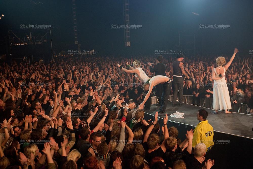 Gåte gjenforeningskonsert, Dødens Dal 24 oktober 2009...Folkrockbandet Gåte ble etablert i 1999 av søskenparet Sveinung og Gunnhild Sundli. Bandet ga ut en 5-spors EP før de fikk kontrakt med Warner, og ga deretter ut platene Jygri (2002) og Iselilja (2004). Gåte ble oppløst i 2005, og ga i 2006 ut en live-cd og dvd fra konserten på Rockefeller i Oslo. 24 oktober 2009 spilte bandet igjen, under UKA i Trondheim. Bandets siste besetning er: Sveinung Sundli, Gunnhild Sundli, Magnus Børmark, Gjermund Landrø og Kenneth Kapstad.