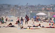 6月15日,在美国加利福尼亚州洛杉矶,民众在海滩消暑。当日, 加州迎来今年夏天第一个热浪,山区、沙漠、谷区和大城市,气温将飙升破90度至100度,而且将持续数天之久。热浪将使全州气温超过正常温度12至18度,因此气象专家呼吁加州民众留在室内,保持凉爽,避免热相关疾病上身。新华社发(赵汉荣摄)<br /> People sunbath on the beach in Los Angeles, the United States Thursday June 15, 2017. Temperatures are expected to climb 12 to 18 degrees above normal this weekend through at least the middle of next week, according to the National Weather Service.  Forecasters warned area residents to protect themselves and those close to them from the conditions by dressing light, drinking plenty of water, restricting the time spent in the sun. (Xinhua/Zhao Hanrong)(Photo by Ringo Chiu)<br /> <br /> Usage Notes: This content is intended for editorial use only. For other uses, additional clearances may be required.