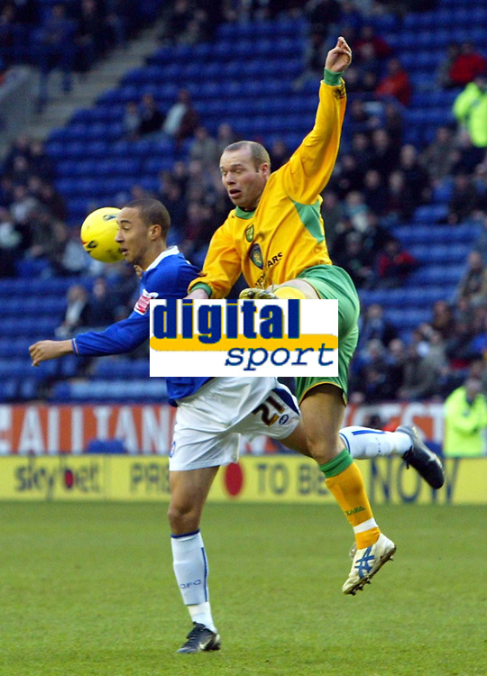 Photo: Chris Ratcliffe.<br />Leicester City v Norwich City. Coca Cola Championship. 31/12/2005.<br />Simon Charlton (R) of Norwich beats Ryan Smith of Leicester to the ball.