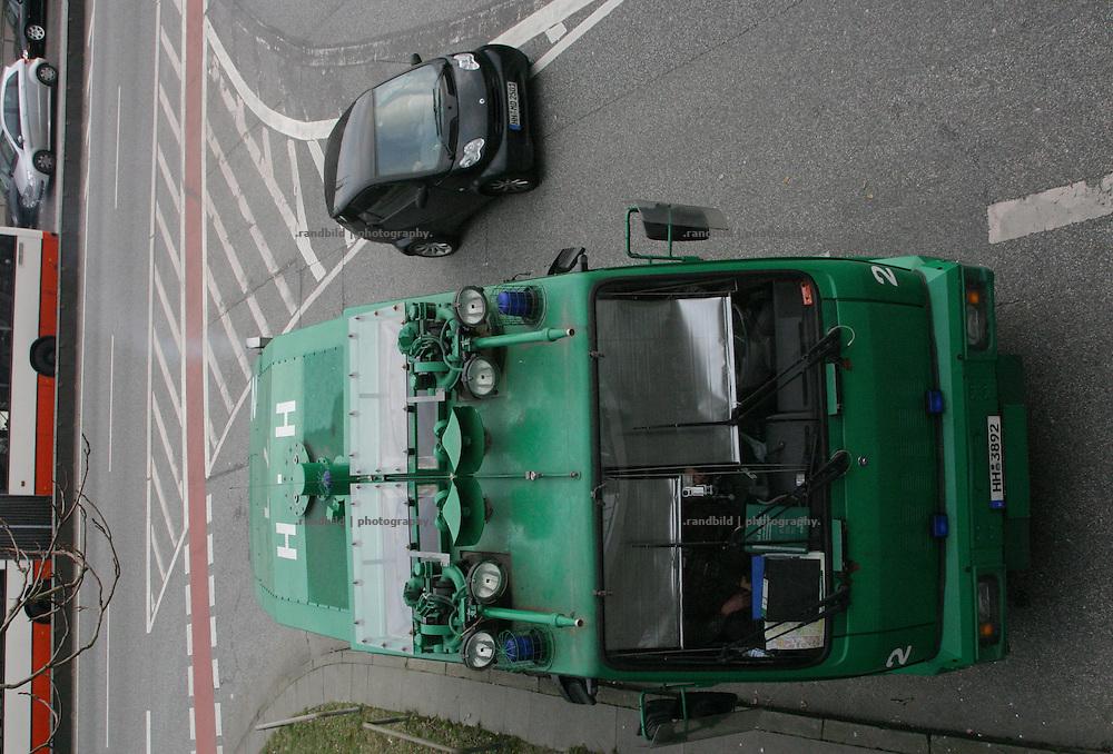Ein Smart überholt einen parkenden Wasserwerfer der Polizei in hambrug. A Smart passes a water canon of the police, Hamburg.