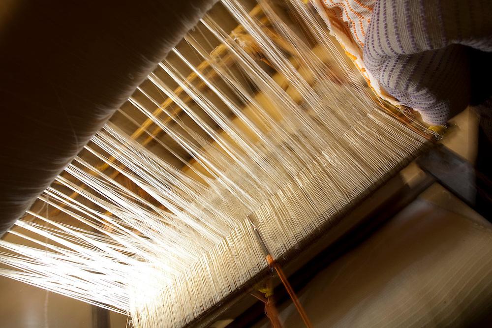 Pedra do Indaia_MG, Brasil...Detalhe do tear manual para fazer colchas que serao vendidas em Divinopolis...Detail of a loom where a woman sells her quilts in Divinopolis...Foto: LEO DRUMOND / NITRO