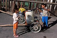 Mongolie. Province du Khentii. Dadal. Ravitallement en eau. L'eau courante est très rare dans les villes mongoles// Water shortage. Dadal. Khentii province. Mongolia.