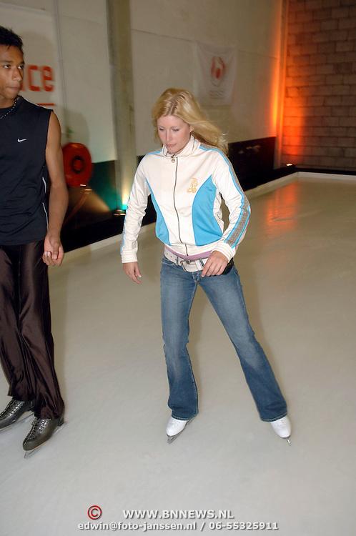 NLD/Amsterdam/20060615 - 1e repetitie Sterren Dansen op het IJs 2006, Maud Mulder onder begeleiding voor het eerst schaatsend