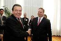 18 APR 2005, BERLIN/GERMANY:<br /> Gerhard Schroeder (L), SPD, Bundeskanzler, und Utz Claassen (R), Vorstandsvorsitzender EnBW, 5. Innovationsgipfel der Partner fuer Innovation, Hauptstadtrepraesentanz Deutsche Telekom AG<br /> IMAGE: 20050418-02-008<br /> KEYWORDS: Gerhard Schröder