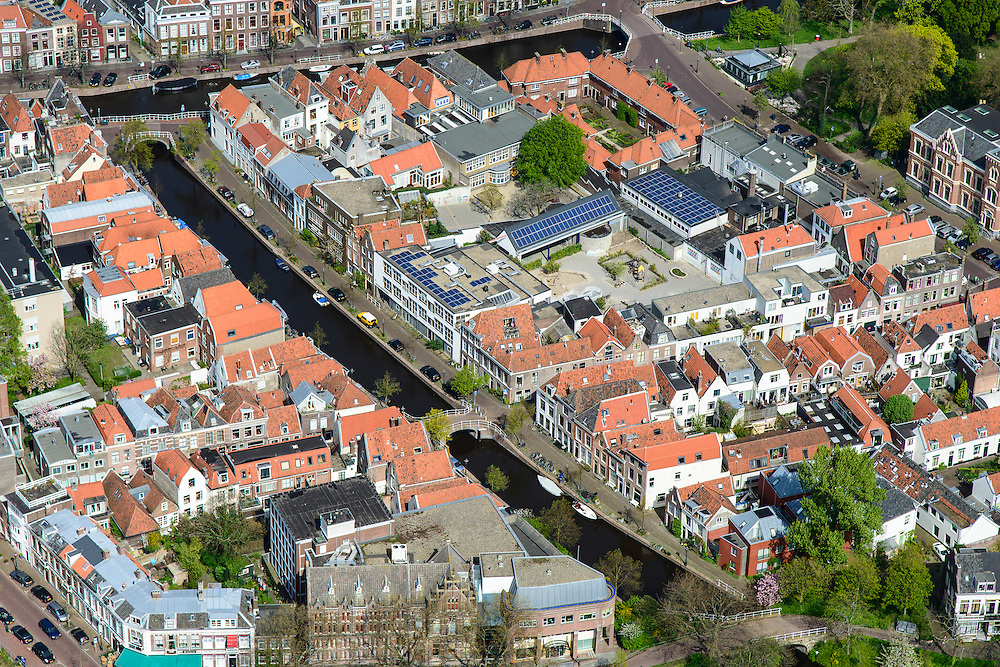 Nederland, Zuid-Holland, Leiden, 09-04-2014; centrum Leiden met Vliet naar Rapenburg. Schoolplein basisschool met zonnepanelen. Detail.<br /> Old town and heart of the city of Leiden with canals. Close-upluchtfoto (toeslag op standard tarieven);<br /> aerial photo (additional fee required);<br /> copyright foto/photo Siebe Swart