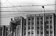 Tiraspol, 15/07/2004: statua di Lenin, palazzo presidenziale - presidential palace