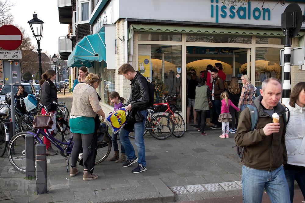 In Utrecht is het eerste OV-fietspunt in gebruik genomen. Op twee locaties in de binnenstad kunnen de fietsen worden gehuurd. De OV-fiets is oorspronkelijk opgezet om reizigers met de trein aanvullend vervoer te bieden, over het algemeen zijn de OV-fietsen alleen te huur bij stations of P+R plaatsen. Het OV-fietspunt is een proef van de NS en de gemeente Utrecht, bedoeld om te onderzoeken of een geautomatiseerd systeem van OV-fiets werkt op straatniveau en of het systeem gebruiksvriendelijk genoeg is. In tegenstelling tot vergelijkbare fietshuursystemen als Velo in Frankrijk, moet je een jaarabonnement hebben om de OV-fiets te kunnen huren.<br /> <br /> In Utrecht the first OV-fietspunt is started. The bike sharing system is originally meant for commuters who are traveling by train. The new renting point in Utrecht is a pilot to see if the new system works. To rent an OV-fiets you have to be a subscriber. At that point OV-fiets differs fundamentally with a bike sharing system like Velo in Paris.In Utrecht staan mensen in de rij voor de ijssalon Il Moulino. Door het mooie weer hebben de ijsverkopers een goede start van het seizoen.<br /> <br /> In Utrecht people are lined up in front of an ice saloon. Thanks to the nice weather, ice sellers having a good start of the season.