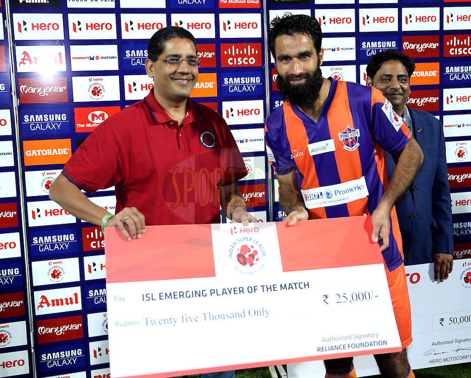 Mehrajuddin Wadoo of FC Pune City recives ISL emerging player of the match  during the presentation of the match 44 of the Hero Indian Super League between FC Pune City and Atletico de Kolkata FC held at the Shree Shiv Chhatrapati Sports Complex Stadium, Pune, India on the 29th November 2014.<br /> <br /> Photo by:  Sandeep Shetty/ ISL/ SPORTZPICS